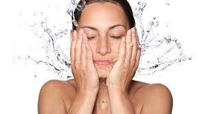 ล้างหน้าด้วยน้ำเย็น