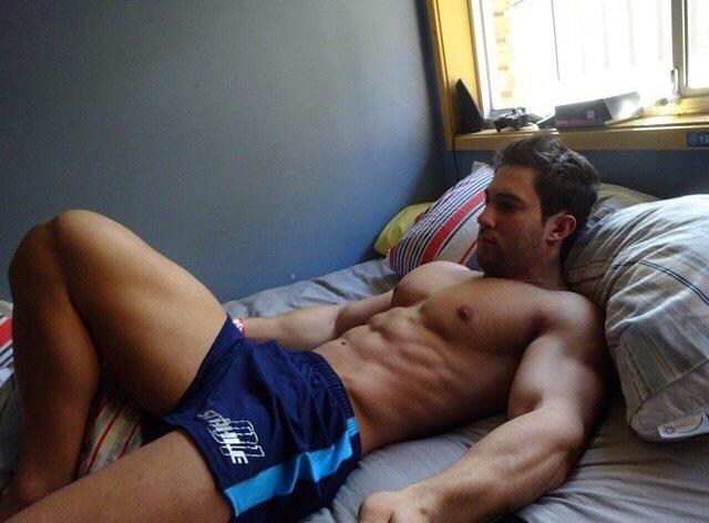 На член дрочит планшете красивый смотреть свой мужчина мускулистый